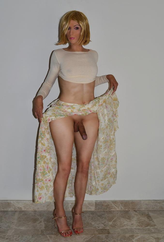 Bellisima rubia travesti levanta su falda para mostrar su polla