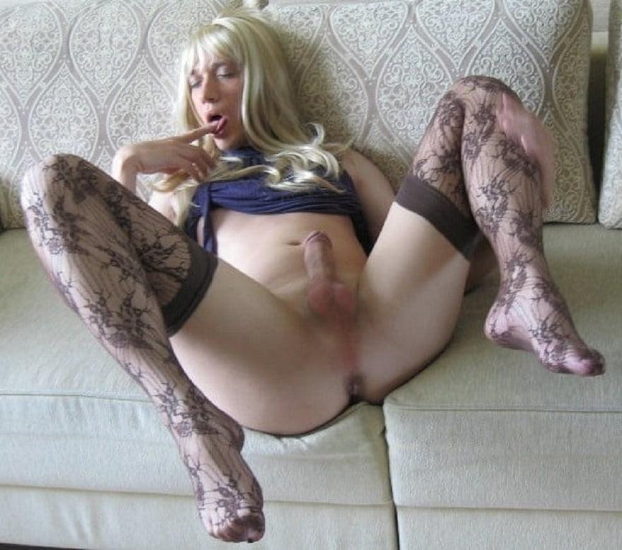 Rica travesti rubia abriendo su piernas muy rico