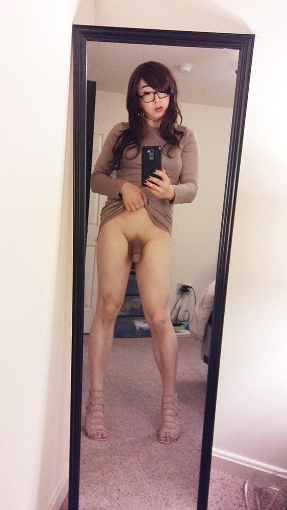 Selfie de travesti asiatica mostrando su verga bajo su falda